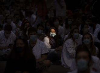 Ultimatum dei medici in piazza: «Cambiate i protocolli»