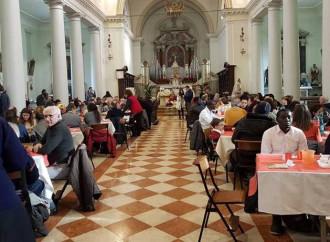 A tavola in chiesa per l'Epifania. Un fedele dice no